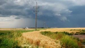 Roadside stop for a glimpse of the unfolding storm. Photo by Barb Alston.