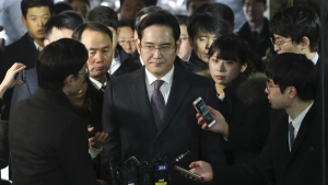 Lee Jae-yong, centre, a vice chairman of Samsung Electronics Co. arrives at the Seoul Central District Court in Seoul, South Korea, for a hearing on Wednesday, Jan. 18, 2017. (AP / Lee Jin-man)